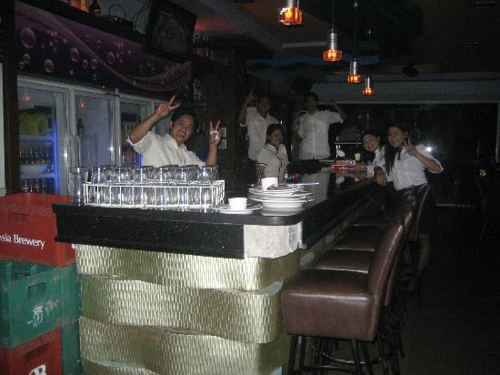 MO2 Westown Hotel-Mandalagan: Bar staff