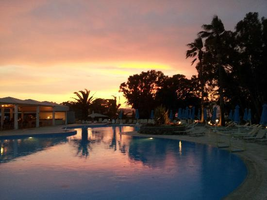 TUI FAMILY LIFE Kerkyra Golf: sunset over the pool area