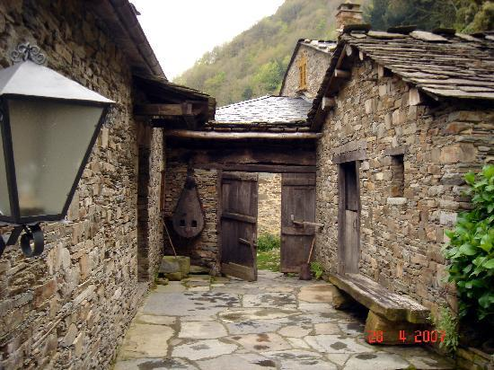 Conjunto etnográfico de Teixois: CAMINO A VEIGAS