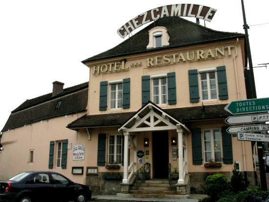 Chez Camille: La façade bien intégrée dans le bourg bourguignon