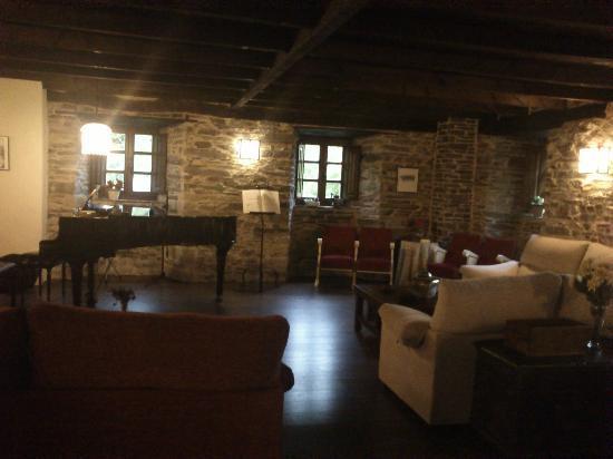 Hotel Casona Cantiga del Agüeira: El Salón donde tienen las sesiones musicales. También para estar tranquilamente
