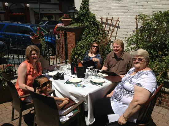 La Piazza Bistro: Eating outside for Mother's Day....