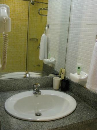 Pearl Lane Hotel: Bathroom