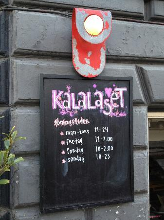 Kalaset: In front of the restaurant