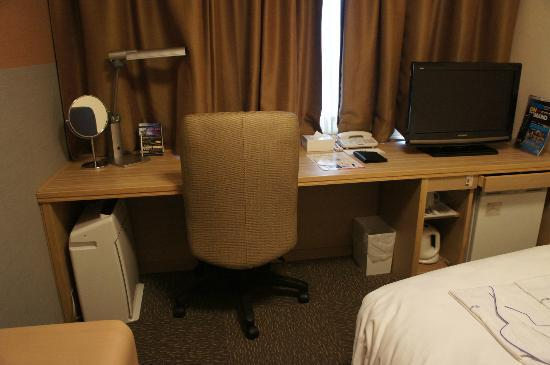 โรงแรมไดว่ารอยเนต เกียวโต-ฮาจิกุจิ: Table was spacious and nice