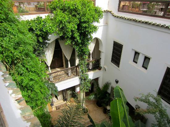 Riad Tawanza: Sicht von der Terrasse in den Patio