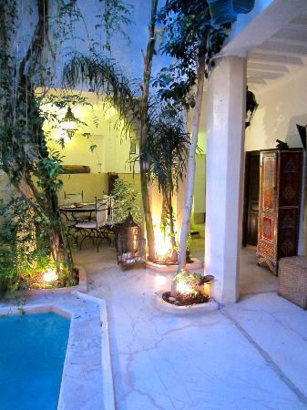 Riad Tawanza: Innenhof am Abend