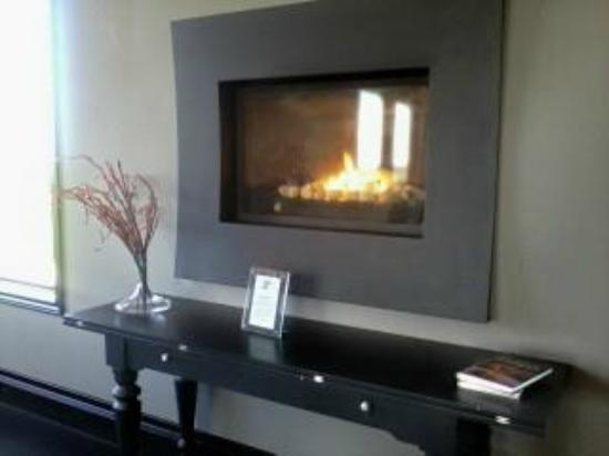 Coffin Ridge Boutique Winery: Fireplace