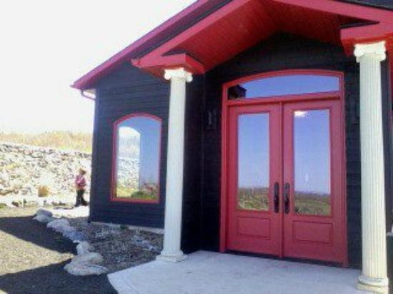 Coffin Ridge Boutique Winery: A sinple, elegant visitor's reception hal