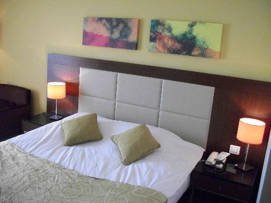 Bab Al Bahr Hotel: bed