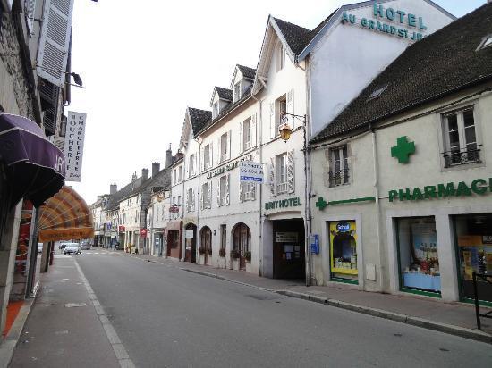 Hotel au Grand Saint Jean: 表通りから見たホテル