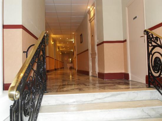 Hotel Balmoral: couloir qui va au restaurant