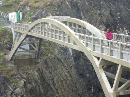 Mizen Head Visitor Centre: Bridge to Mizen Head lighthouse