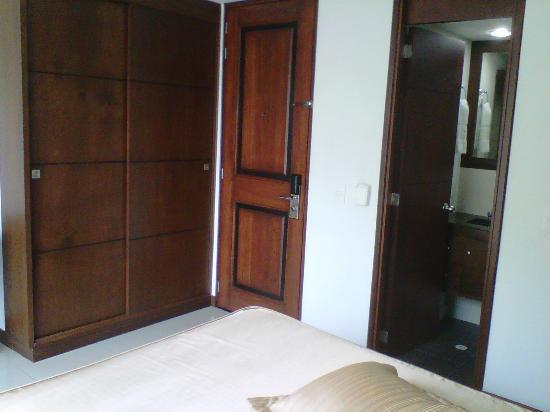 Hotel Suite Comfort: Entrada de la habitacion y armario con cajilla de seguridad interna