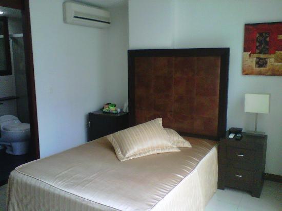 Hotel Suite Comfort: Cama, minibar, aire acondicionado y entrada al cuarto de baño