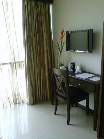 Hotel Suite Comfort: Vista del escritorio y del TV