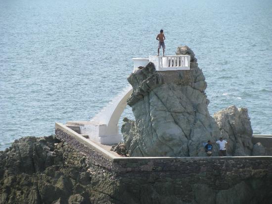 Malecon: cliff diver