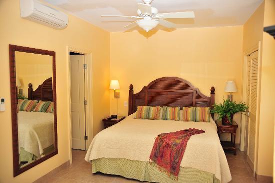 Reef Residences on Grace Bay: Master king bedroom