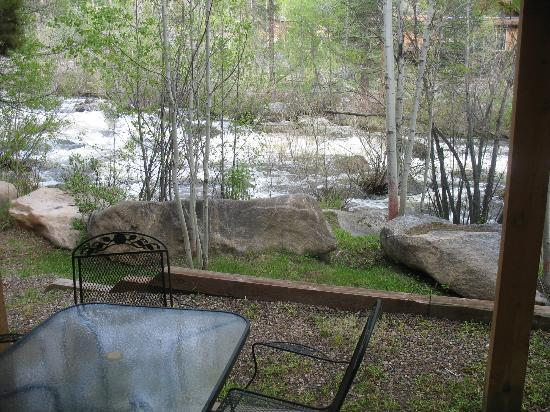 Rapids Lodge: patio area next to rapids outside of room