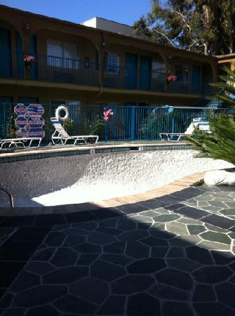 Hollywood City Inn: жаль что бассейн был на рестоврации