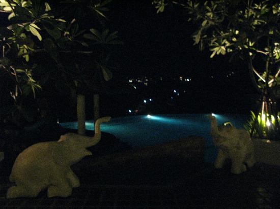 Aquamarine Resort & Villa: 夜晚的泳池