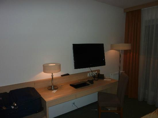 Hotel Pulawska Residence: Desk and LCD TV