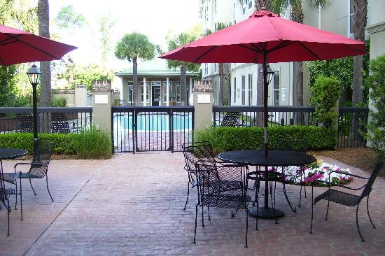 Hampton Inn & Suites Charleston /  West Ashley: Patio is lovely, by the pool