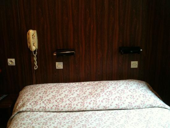 Hotel Alexandra : Décoration en tête de lit, c'est la déprime assurée
