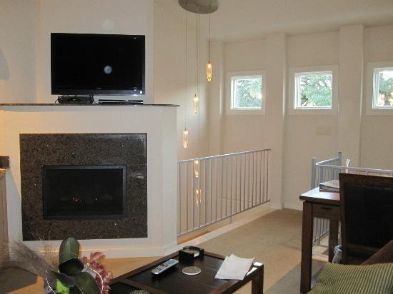 Inn on Lake Granbury: tv/fireplace