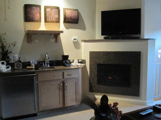 Inn on Lake Granbury: wetbar/fireplace