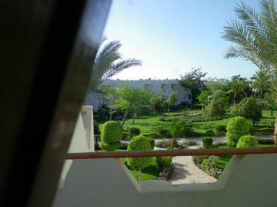 Swiss Inn Resort: Blick in den gepflegten Garten