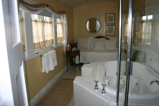 Channel Road Inn - A Four Sisters Inn: дополнительная кровать в ванной))