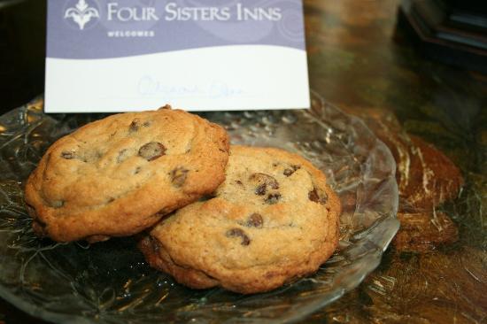 Channel Road Inn - A Four Sisters Inn: Эти печенюшки оставили для нас, на буклете написаны наши имена))