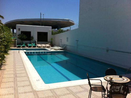 Hostal Tarba: Poolside in May during opening parties.  Less busy time of season.
