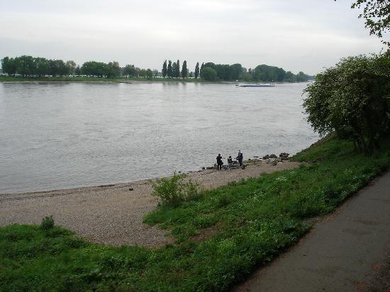 Kaiserpfalz Kaiserswerth : Rheinufer unterhalb der Kaiserpfalz
