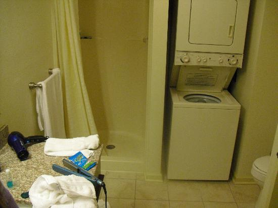 Wyndham Patriots Place: Bathroom and washer/dryer