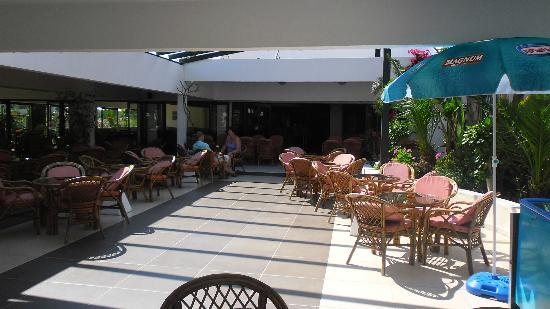 Tigaki Beach Hotel: Bar area just in front of the pool