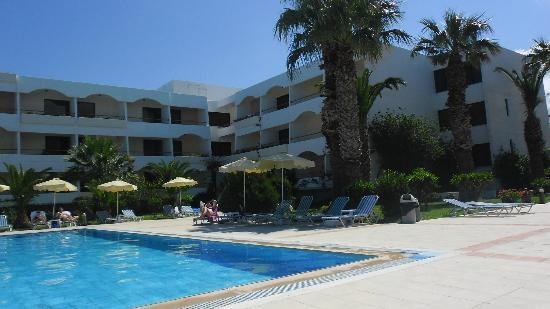 Tigaki Beach Hotel: Pool area and Older building