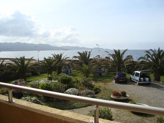 Les Galets : vue de la chambre sur parking, jardin et mer