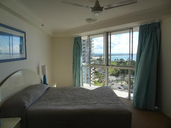 Points North Apartments : Main BR with floor to ceiling view of coastline