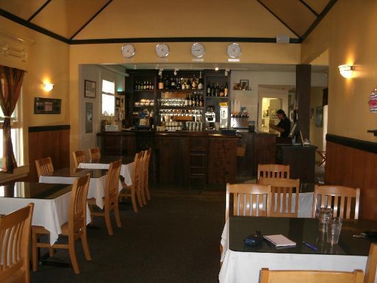 Rin's Thai Restaurant: Lovely decor inside the restaurant and bar area.