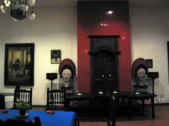Hotel Tugu Blitar: Javanese antiques and artcrafts in the restaurant