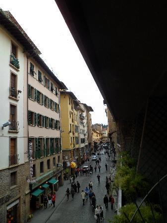 Hotel Della Signoria: View from balcony. Thats the Ponte Vecchio, 1/2 block forward. Vechhio