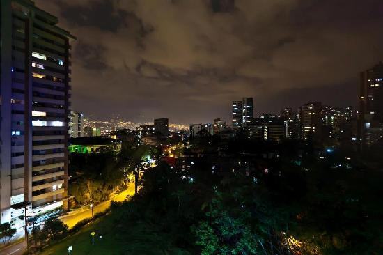 NH Collection Medellin Royal: vista nocturno