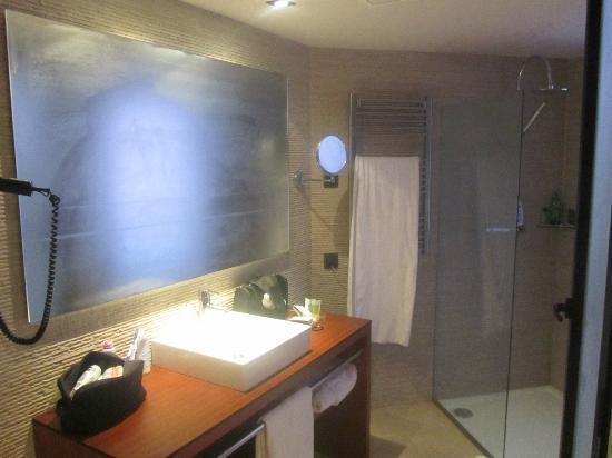 Badezimmer nach Duschen - oberhalb der Dusche leider keine ...