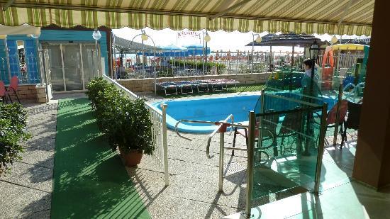 Hotel Marina: Blick auf die Hotelterrasse in Richtung Strand