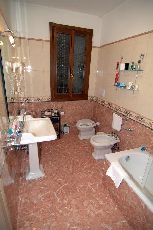 Hotel La Fenice Et Des Artistes: Ванная комната