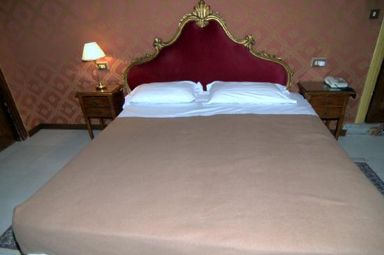 Hotel La Fenice Et Des Artistes: Кровать