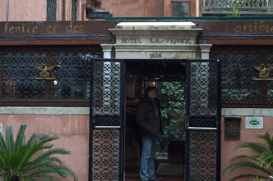 Hotel La Fenice Et Des Artistes: Вход в отель
