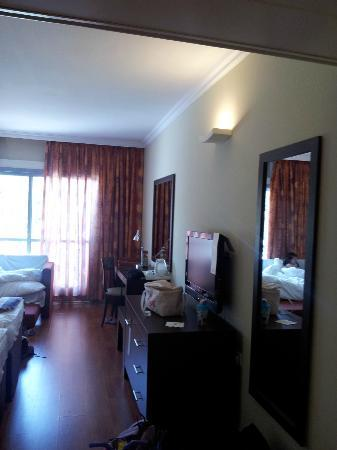 Kfar Maccabiah Hotel & Suites: room, side view